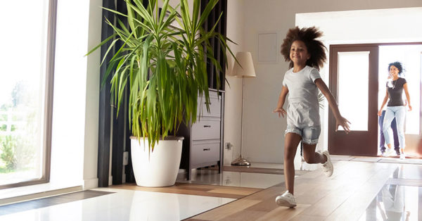 pulizia appartamenti Piacenza, bambina che corre in ambiente pulito