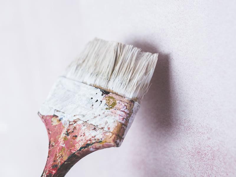 pennello durante imbiancatura parete